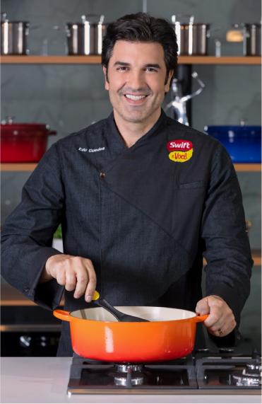 Edu Guedes cozinhando